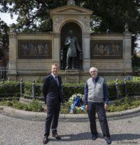 Profs. Hoerauf und Thieme am 20.07.2020 nach der Kranzniederlegung am von-Graefe-Denkmal